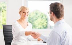 2 предпринимателя в офисе с рукопожатием Стоковое Изображение