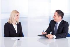 2 предпринимателя говоря друг с другом Стоковые Изображения RF