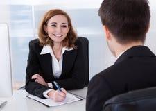 2 предпринимателя говоря друг с другом Стоковая Фотография