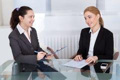 2 предпринимателя говоря друг с другом Стоковое Изображение RF