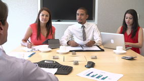 4 предпринимателя имея встречу вокруг таблицы зала заседаний правления акции видеоматериалы