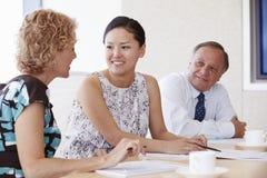 3 предпринимателя имея встречу в зале заседаний правления Стоковая Фотография RF