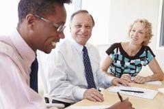 3 предпринимателя имея встречу в зале заседаний правления Стоковые Фото