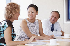 3 предпринимателя имея встречу в зале заседаний правления Стоковые Изображения