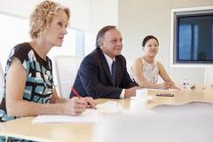 3 предпринимателя имея встречу в зале заседаний правления Стоковое Изображение RF