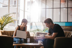 2 предпринимателя имея встречу в кафе Стоковые Изображения