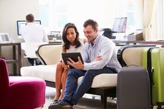 2 предпринимателя имея встречу в лобби гостиницы Стоковое Фото