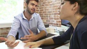 2 предпринимателя имея встречу в студии дизайна акции видеоматериалы