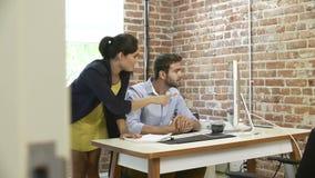2 предпринимателя имея встречу в студии дизайна видеоматериал