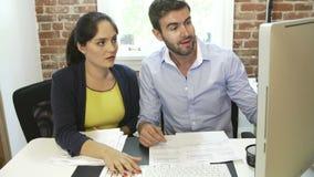 2 предпринимателя имея встречу в студии дизайна сток-видео