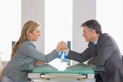 2 предпринимателя имея решающее сражение сидя вокруг таблицы Стоковая Фотография RF