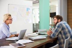 2 предпринимателя имея творческую встречу в офисе Стоковые Изображения RF