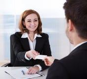 2 предпринимателя обменивая карточку посещения Стоковое фото RF