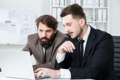 2 предпринимателя обсуждая проект дела Стоковые Фотографии RF
