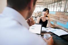 2 предпринимателя обсуждая работу в офисе Стоковая Фотография RF
