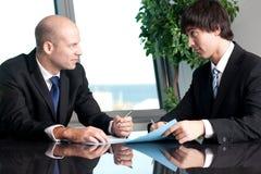 2 предпринимателя обсуждая Стоковые Изображения