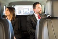 2 предпринимателя путешествуя автомобилем Стоковое фото RF