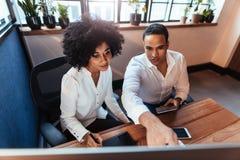 2 предпринимателя работая в офисе Стоковая Фотография