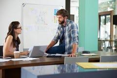 2 предпринимателя работая на компьтер-книжке в офисе совместно Стоковое Фото