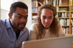 2 предпринимателя работая на компьтер-книжке в офисе Стоковое Фото