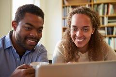 2 предпринимателя работая на компьтер-книжке в офисе Стоковые Фото