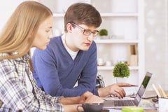 2 предпринимателя работая на компьютере Стоковые Изображения RF