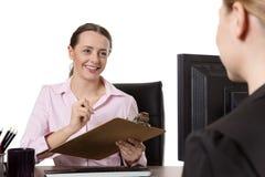 2 предпринимателя работая на столе в офисе Стоковая Фотография