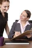2 предпринимателя работая на столе в офисе Стоковое фото RF