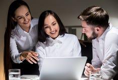 3 предпринимателя смотря экран компьютера Стоковое фото RF