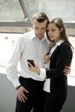 2 предпринимателя с мобильным телефоном Стоковое фото RF
