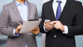 2 предпринимателя с ПК smartphone и таблетки Стоковое фото RF