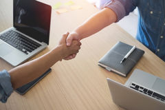 2 предпринимателя тряся руки внутри помещения Стоковые Фото