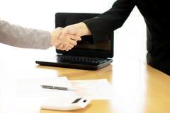 2 предпринимателя тряся руки внутри помещения Стоковые Изображения RF