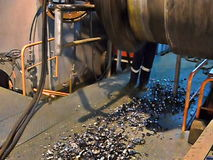 Пре-сварка шов сварки на трубопроводе Отрезки машины shavings металла от края трубы сток-видео