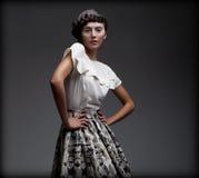 Представительная завораживающая женщина в классицистических шикарных блузке и юбке. Аристократия Стоковые Изображения RF
