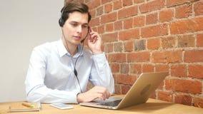 Представитель компании используя шлемофон, который нужно поговорить на горячей линии