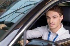 Представитель по сбыту сидя на месте водителей Стоковые Фото