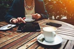 Представьте счет проверка и мобильный телефон близко, свет солнца пирофакела Стоковая Фотография