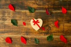 Представьте с формой сердца листья зеленых и красного цвета Стоковые Изображения