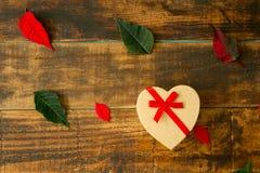 Представьте с формой сердца листья зеленых и красного цвета Стоковое Изображение