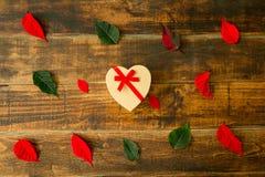 Представьте с формой сердца листья зеленых и красного цвета Стоковая Фотография