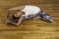 Представление Голов---колена Parivrtta Janu йоги вращанное Sirsasana Стоковое Фото