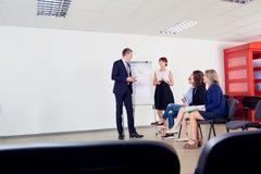 Представление дела для команды бизнесменов Обсуждение, Стоковые Фотографии RF