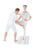 Представление йоги дерева привлекательной белокурой женщины практикуя с тренером Стоковая Фотография RF