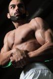 Представление комода мышц молодого культуриста изгибая бортовое Стоковое Фото