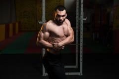 Представление комода мышц молодого культуриста изгибая бортовое Стоковая Фотография
