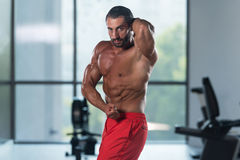 Представление комода мышц молодого культуриста изгибая бортовое Стоковое фото RF