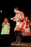 Представление на этапе актеров, певец-соло, певиц и танцоров национального театра Стоковые Фото