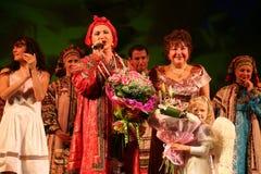 Представление на этапе актеров, певец-соло, певиц и танцоров песни русского национального театра Стоковые Фото