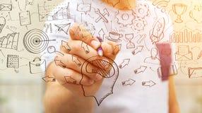 Представление проекта рукописи чертежа бизнесмена с ручкой Стоковая Фотография